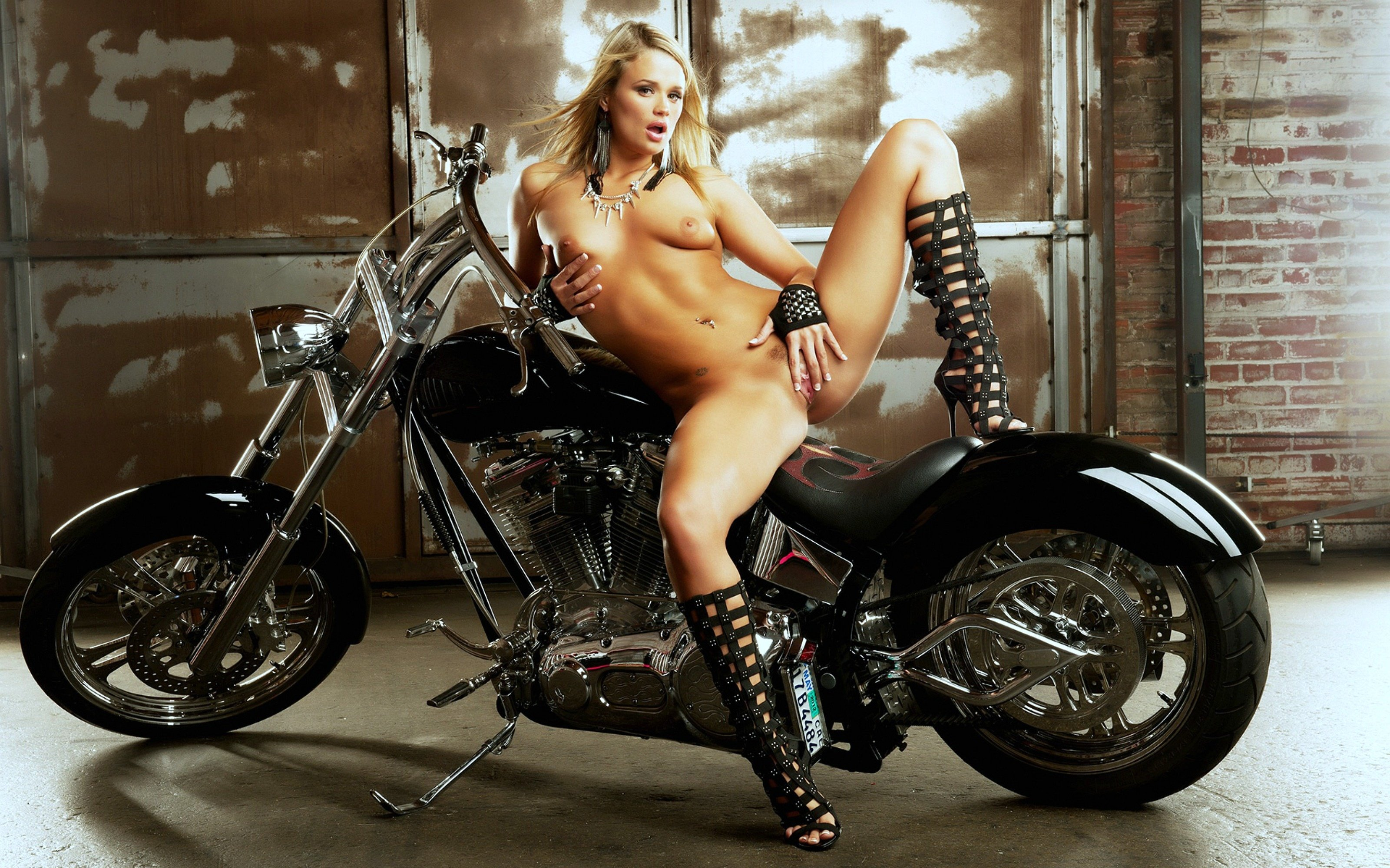 Motorcycle nude model — photo 11